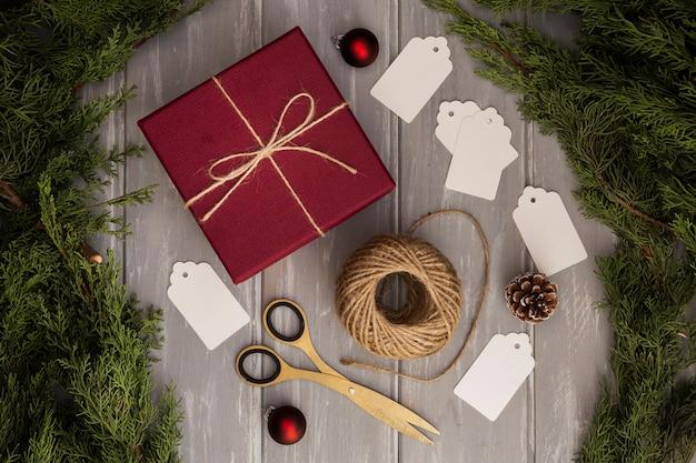 Flache laienanordnung mit geschenk und weihnachtsbaum