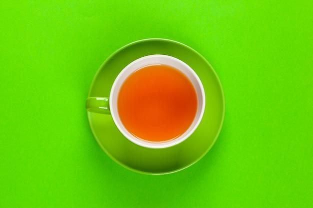 Flache laienansicht kaffee- oder teetasse auf farbe