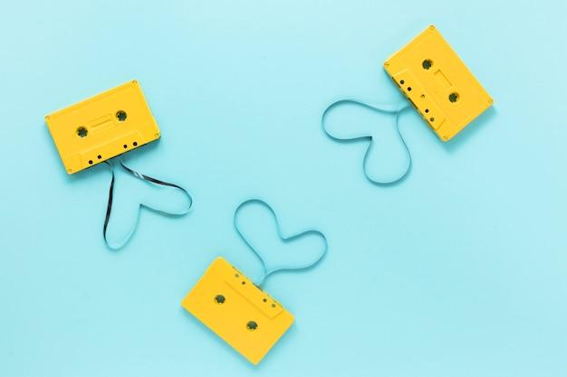 Flache laienaudiokassetten mit blauem hintergrund