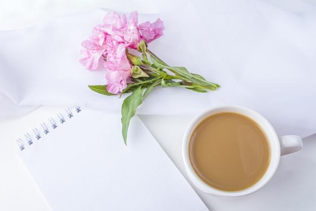 Flache laienblumen romantisches stillleben