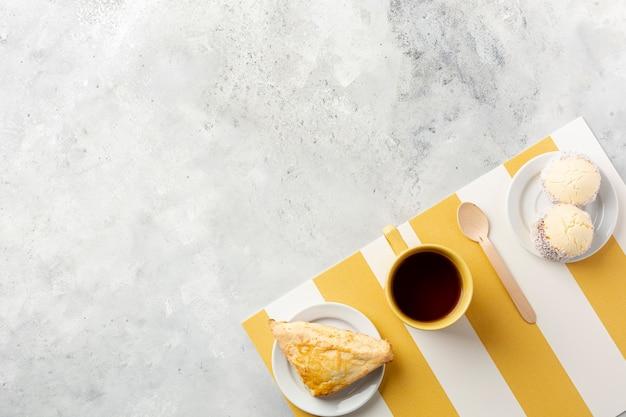 Flache laiendekoration mit kaffee und frühstück