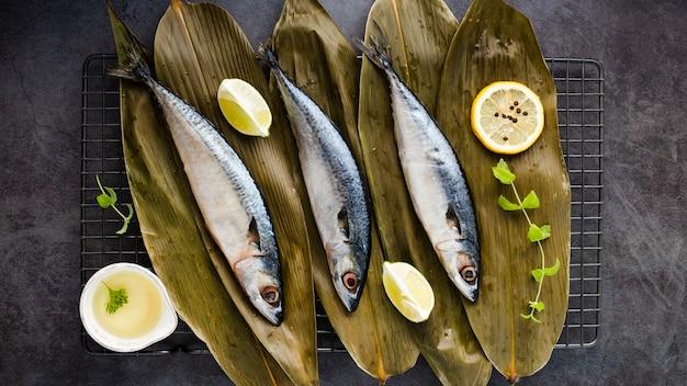Flache laiendekoration mit leckerem fisch und zitronen
