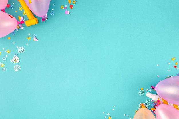 Flache laiendekorationsparty auf pastellblauer hintergrundoberansicht