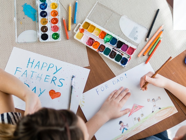Flache laienkinder, die zum vatertag zeichnen