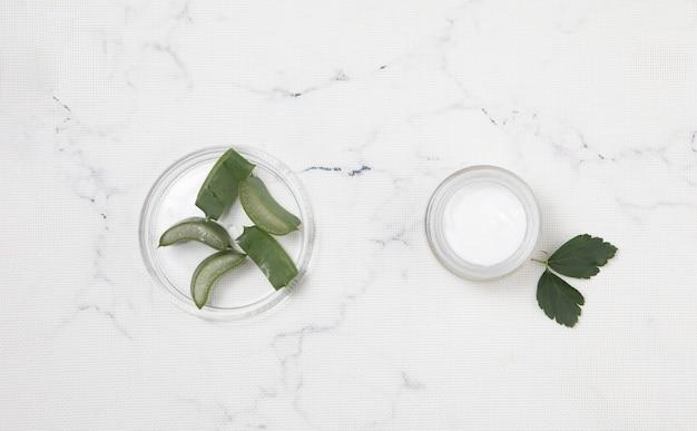Flache laienkörpercreme auf marmorhintergrund