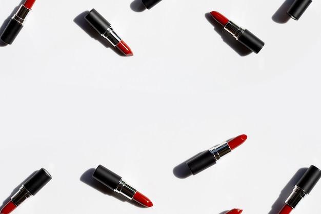 Flache laienkomposition, lippenstifte auf weißem hintergrund mit schatten. schönes make-up konzept