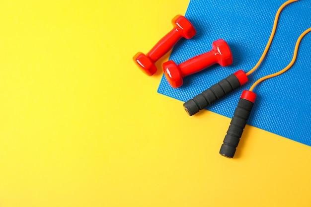 Flache laienkomposition mit gesundem lebensstilzubehör auf farbigem hintergrund