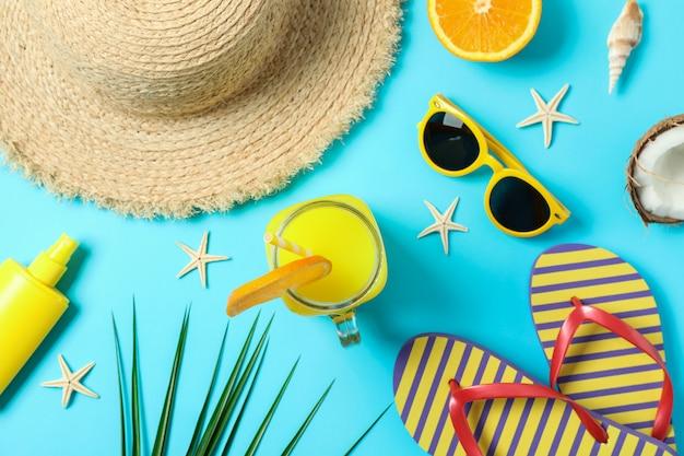 Flache laienkomposition mit sommerferienzubehör auf farbhintergrund, nahaufnahme und draufsicht. schöne ferien