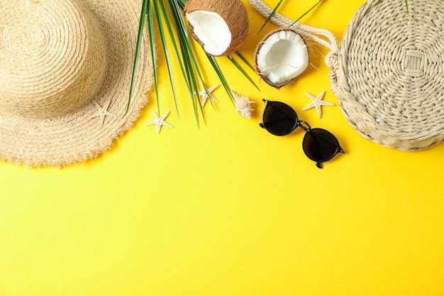 Flache laienkomposition mit sommerferienzubehör auf farbhintergrund, raum für text und draufsicht. schöne ferien