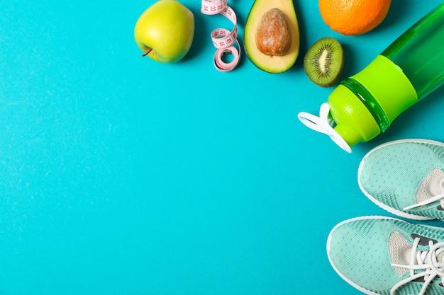 Flache laienkomposition mit sportlebensstilzubehör auf farbigem hintergrund