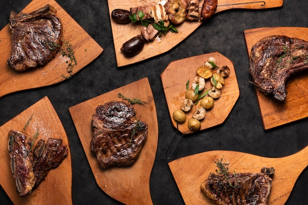 Flache laienmischung von steaks