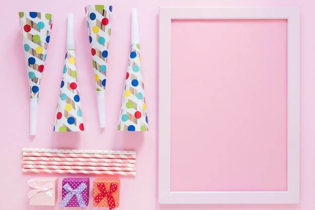 Flache laienpartygegenstände auf rosa hintergrund