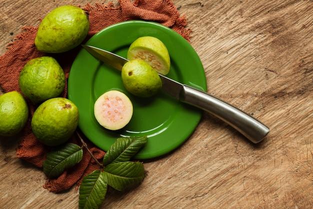 Flache laienschnitt-guavenfrüchte auf platte