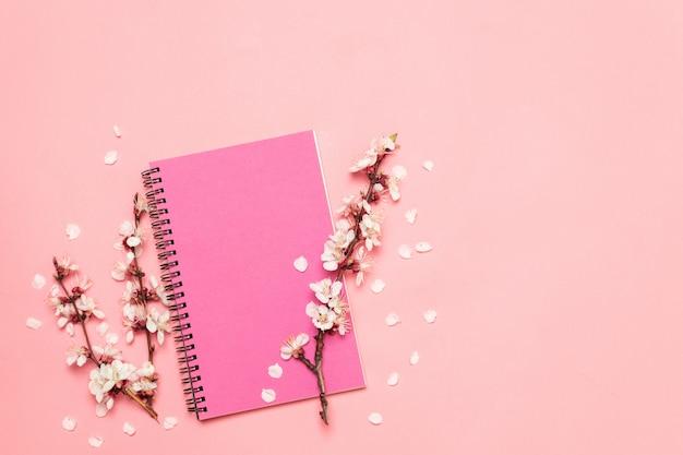 Flache laienzusammensetzung geschenkbox und notizbuch