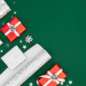 Flache laienzusammensetzung von verpackten geschenken mit kopienraum
