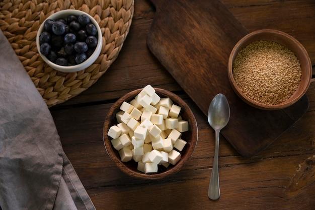 Flache lay bowl mit leckerem käse