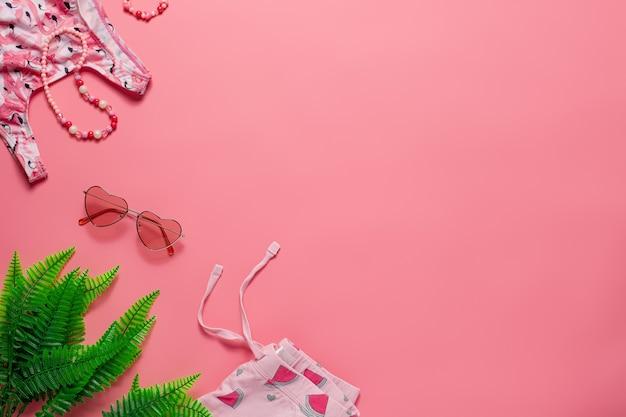Flache lay mit sommeraccessoires kinder sommeraccessoires sonnenbrillen badeanzug shorts tropenlaub ...