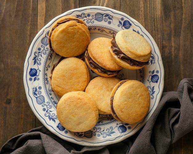 Flache leckere kekse mit sahne