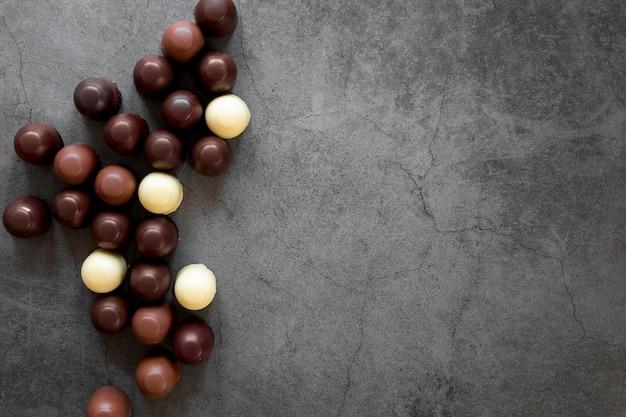 Flache leckere schokoladenkomposition mit kopierraum