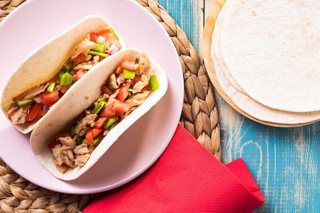 Flache leckere tacos auf teller legen