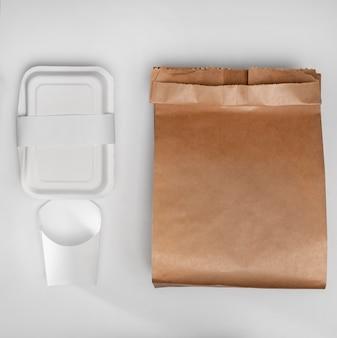 Flache, leere fast-food-verpackung mit papiertüte