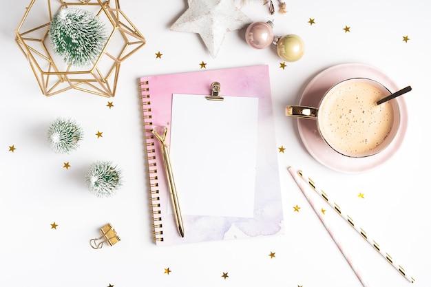 Flache leere notizblock mit tasse kaffee und weihnachtsdekoration.