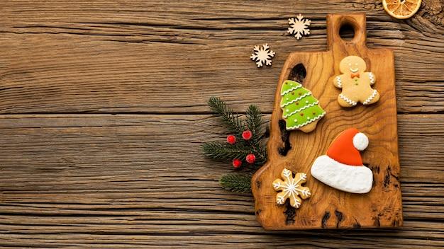 Flache lege-weihnachts-lebkuchenplätzchen mit kopienraum
