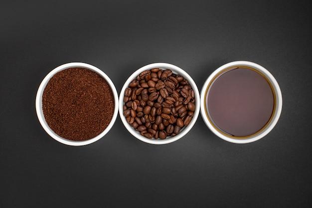 Flache legen kaffeeanordnung auf schwarzem hintergrund
