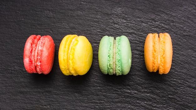 Flache macarons auf den tisch legen