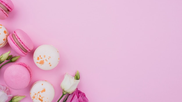 Flache macarons mit rosen und kopierraum