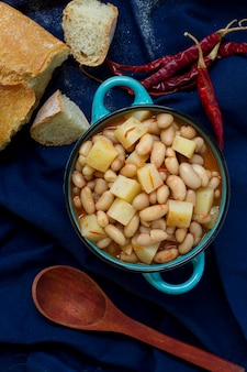 Flache mahlzeit mit bohnen und kartoffeln und brot