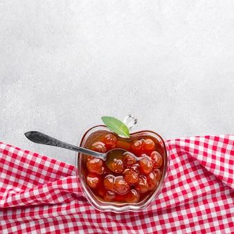 Flache marmelade in apfelförmiger schüssel
