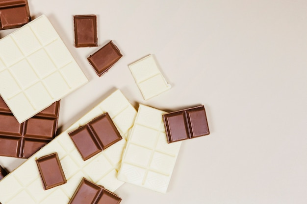 Flache mischung aus dunkler und weißer schokolade
