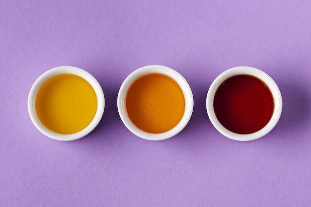 Flache mischung aus honig in schälchen legen