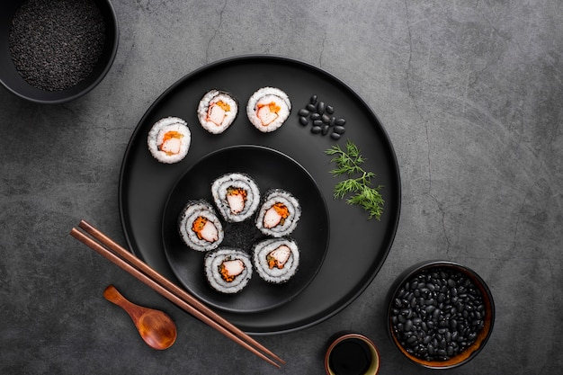 Flache mischung aus maki-sushi