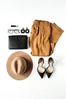 Flache mode-collage mit modernen kleidungsstücken und accessoires der frauen auf weiß