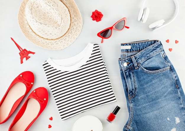 Flache mode mit urbanem mädchenoutfit im französischen stil mit t-shirt, ballerinas, sonnenbrille und jeans.