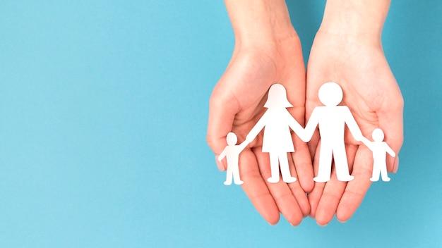 Flache niedliche familienkonzeptanordnung mit kopienraum