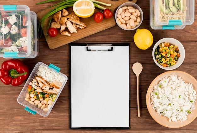 Flache notizblock mit verschiedenen speisen und aufläufen
