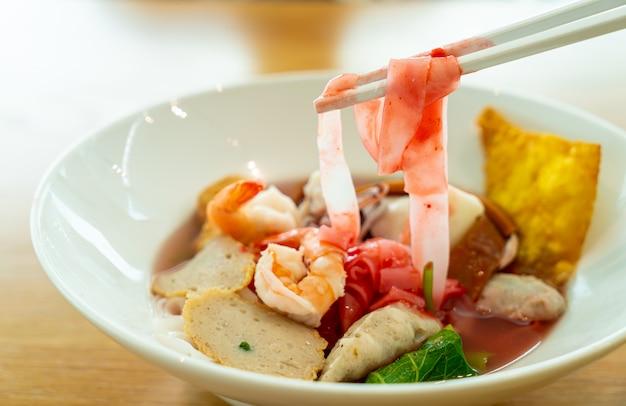 Flache nudeln mit rosa meeresfrüchten (yen ta fo)