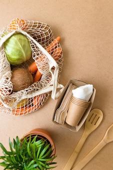 Flache null-abfallprodukte, natürlicher lebensstil in der küche. wiederverwendbare einkaufstasche aus holz