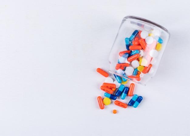 Flache pillen in ein glas legen