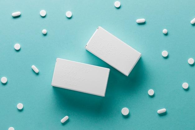 Flache pillenbehälter mit braille-alphabet