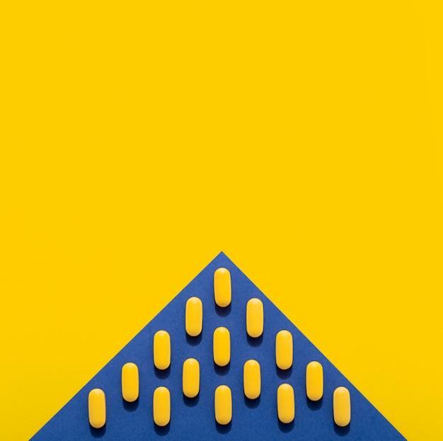 Flache pillenlage in dreiecksform mit kopierraum