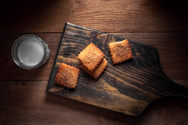Flache rechteckige kekse mit milch legen