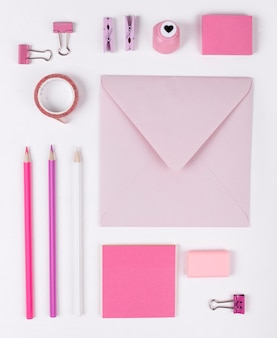 Flache rosa anordnung der rosa gegenstände