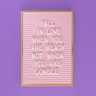Flache rosa tafel mit nachricht legen