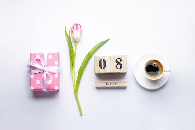 Flache rosa tulpe, geschenkbox und holzkalender vom 8. märz