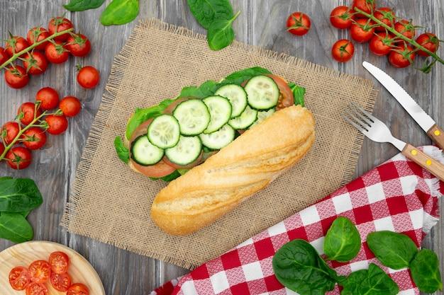 Flache sandwichlage mit gurkenscheiben und besteck