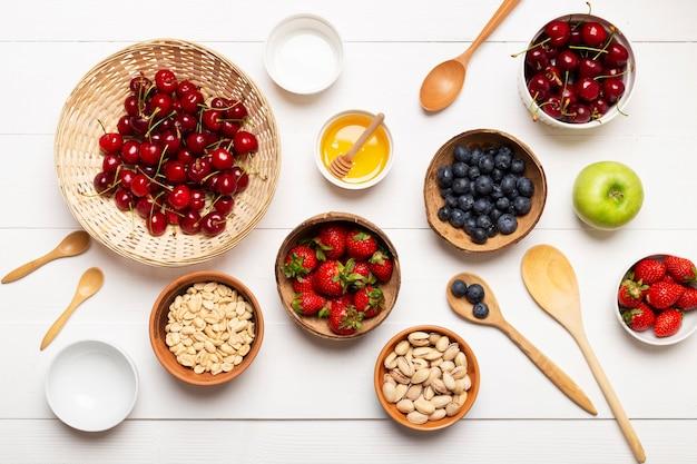 Flache schalen mit früchten